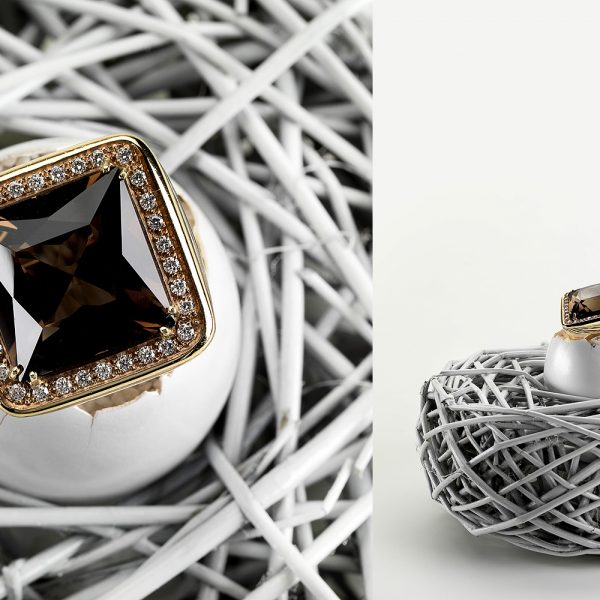 annello con pietra nel nido